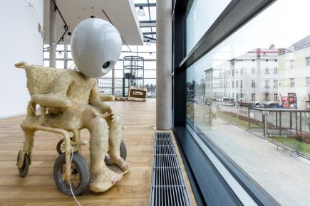 V Galerii Uffo v Trutnově je od 30. listopadu k vidění výstava sochaře a frontmana kapely Tata Bojs Milana Caise nazvaná Dveře dovnitř. Otevřená bude do 3. ledna.