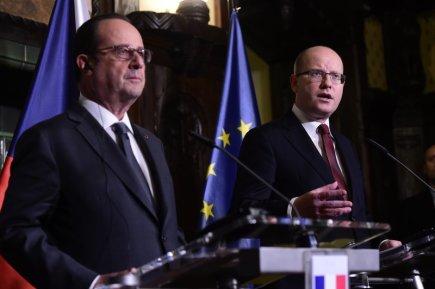 Premiér Bohuslav Sobotka (vpravo) a francouzský prezident François Hollande na tiskové konferenci 30. listopadu v Praze.