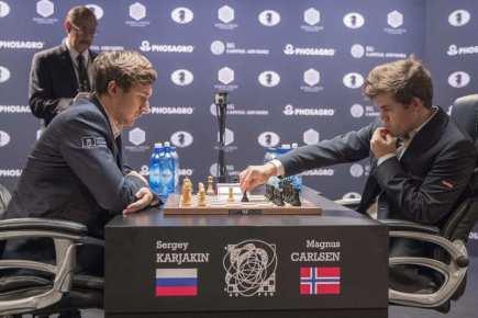 Norský šachista Magnus Carlsen (vpravo) a Rus Sergej Karjakin během rozhodujícího souboje o titul mistra světa.