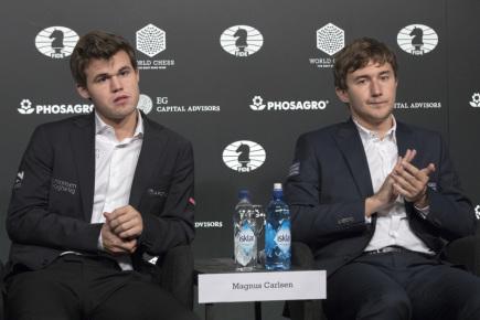 Norský šachista Magnus Carlsen (vlevo) s ruským vyzývatelem Sergejem Karjakinem po konci zápasu o titul mistra světa.