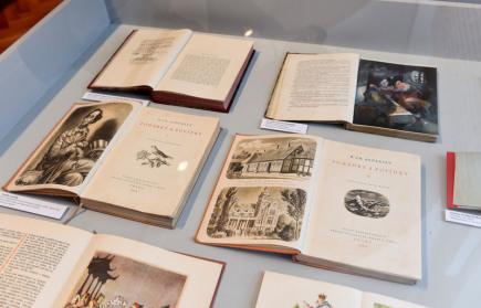 Vlastivědné muzeum v Olomouci otevřelo 1. prosince výstavu inspirovanou dánskými Vánocemi. Tamní vánoční zvyky spojili tvůrci expozice s jednou z nejslavnějších dánských osobností, spisovatelem Hansem Christianem Andersenem. Právě jeho vánoční pohádka Smrček návštěvníky výstavou doprovází. Kromě Andersenových knih lidé spatří i dánské vánoční talíře juleplatter či rekonstrukci tradičního dánského kapustového stromku.