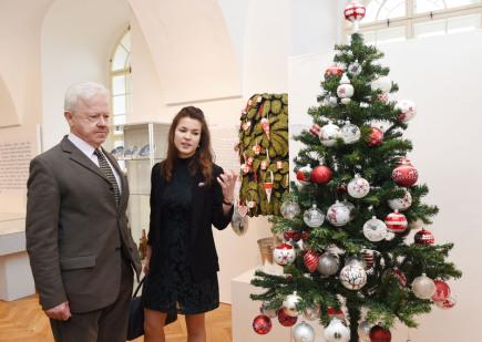 Vlastivědné muzeum v Olomouci otevřelo 1. prosince výstavu inspirovanou dánskými Vánocemi. Tamní vánoční zvyky spojili tvůrci expozice s jednou z nejslavnějších dánských osobností, spisovatelem Hansem Christianem Andersenem. Právě jeho vánoční pohádka Smrček návštěvníky výstavou doprovází. Kromě Andersenových knih lidé spatří i dánské vánoční talíře juleplatter či rekonstrukci tradičního dánského kapustového stromku. Na snímku vlevo je velvyslanec Dánského království Christian Hoppe.