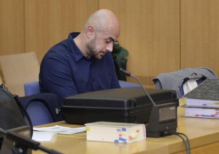 Jeden z obžalovaných Martin Janouš u soudu ve Weidenu, který se 1. prosince zabýval případem trojice Čechů. Jsou obžalovaní za násilné loupežné přepadení a těžké ublížení na zdraví, kterých se v bavorském městě dopustili loni v září.