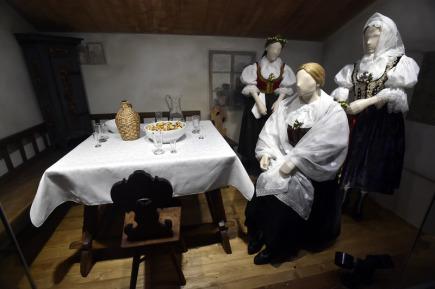Valašské muzeum v přírodě v Rožnově pod Radhoštěm na Vsetínsku dokončuje v těchto dnech novou expozici Jak jde kroj, tak se stroj. Dlouho připravovaná expozice bude mapovat tradiční odívání na Valašsku. Snímek je z 2. prosince.