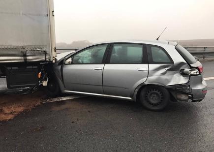 Na 270. kilometru D35 u Olomouce ve směru na Ostravu se stala 24. prosince ráno hromadná nehoda šesti aut, dálnice byla zhruba dvě hodiny zcela uzavřena.