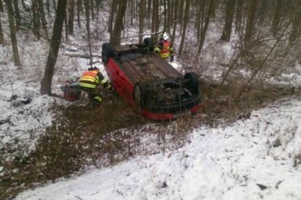 S horší sjízdností silnic po nočním mrholení zřejmě souvisela 24. prosince ráno nehoda u Mutěnic na Hodonínsku. Auto tam sjelo ze silnice a převrátilo se na střechu.