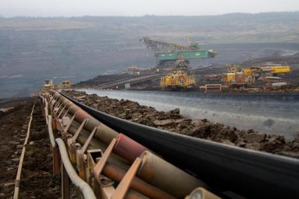 Horníci vytěžili poslední metr krychlový skrývky v lomu ČSA na Mostecku a dál pokračovat kvůli limitům těžby uhlí nemohou. Končí tak odkrývání uhelné sloje i práce ojedinělého obřího rypadla RK 5000. Unikátní stroj byl vyroben v roce 1983, o rok později už těžil v lomu ČSA. Váha rypadla je 5500 tun, délka 160 metrů a výška 40 metrů. Na snímku z 22. prosince rypadlo v pozadí ještě při těžbě.