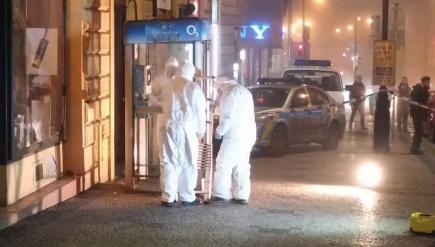 Policejní pyrotechnici zajišťují stopy v telefonní budce na Karlově náměstí v Praze, kde se 29. prosince odpoledne lehce zranila šestnáctiletá dívka, nejspíš následkem výbuchu zábavní pyrotechniky.