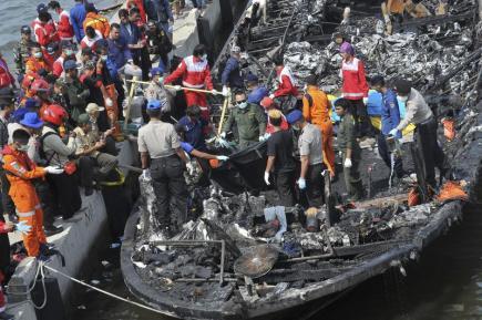 Záchranáři hledají oběti požáru trajektu u indonéské metropole Jakarty.