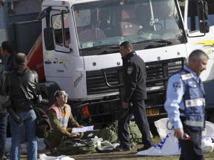 Palestinec najel v Jeruzalémě s kamionem do skupiny vojáků. Čtyři z nich přišli o život a dalších 15 utrpělo zranění. Podle izraelských médií byl pachatel na místě zastřelen.