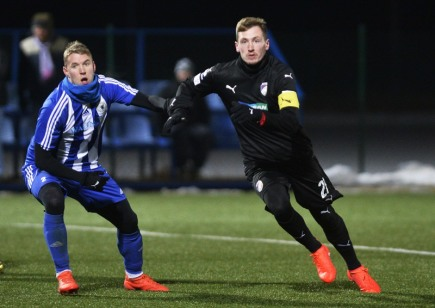Přípravné fotbalové utkání: Plzeň - Domažlice, 10. ledna v Plzni. Zleva Daniel Černý z Jiskry Domažlice a Tomáš Hájek z Viktorie Plzeň.