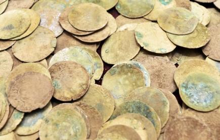 Keramický džbán s 521 stříbrnými mincemi, který našel na konci minulého roku chodec u lesní cesty na Rokycansku, byl představen 11. dubna v Plzni. Je to největší mincovní nález na západě Čech za posledních zhruba 30 let. Džbán byl ukryt nejspíš za husitských válek.