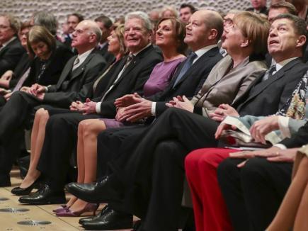 V Hamburku byla slavnostně otevřena budova Labská filharmonie. Druhá zprava kancléřka  Angela Merkelová, její manžel Joachim Sauer (vpravo) a dále zprava primátor Hamburku Olaf Scholz se svou manželkou Brittou Ernstovou, německý prezident Joachim Gauck s manželkou Danielou Schadtovou.