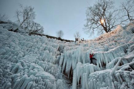 Horolezci připravovali 12. ledna v Liberci lezeckou stěnu na uměle zaledněné skále v bývalém lomu v centru města. Stěna má osm cest, které mají na výšku od 15 do 18 metrů. Led má tloušťku od 15 do 30 centimetrů.