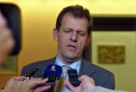 Opoziční zastupitel Miroslav Plevný (VPM-ALTERNATIVA) při rozhovoru s novináři po mimořádném jednáníchebského zastupitelstva, které 12. ledna rozhodovalo o případném odvolání starosty Petra Navrátila. Ten je mezi obviněnými v kauze ROP Severozápad kvůli údajným manipulacím s evropskými dotacemi pro projekty v Karlovarském a Ústeckém kraji. Po obvinění přerušil členství v ČSSD, ve funkci však nadále zůstává. Opozice ani s koaličním ANO neměly k jeho odvolání dost hlasů.