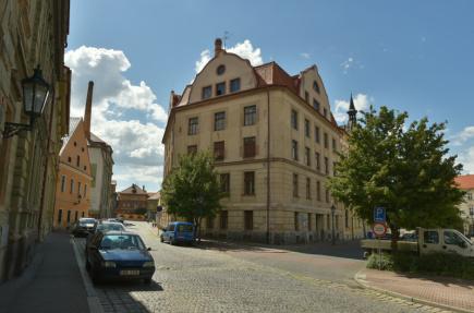 Na snímku z 27. června 2016 je bývalý sklad na rohu Kovářské ulice a Smetanova náměstí v Žatci.