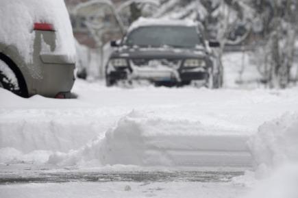 Ve Zlínském kraji nasněžilo až 25 centimetrů sněhu. Sněžení přináší komplikace v dopravě, některé úseky jsou sjízdné obtížně. Na snímku z 1. února vrstva sněhu na parkovišti ve Zlíně.