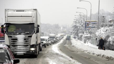 Ve Zlínském kraji nasněžilo až 25 centimetrů sněhu. Sněžení přináší komplikace v dopravě, některé úseky jsou sjízdné obtížně. Na snímku z 1. února je silnice v Želechovicích na Zlínsku.