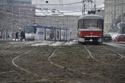 Městská hromadná doprava v Brně měla 1. února problémy kvůli sněhu a ráno nabírala až půlhodinové zpoždění. Na vozovkách komplikoval dopravu rozbředlý sníh. Na snímku jsou tramvaje u hlavního nádraží.