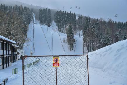 Skokanské můstky (zleva) K90, K70 a K40 v harrachovském skokanském a lyžařském areálu na snímku z 31. ledna 2017.