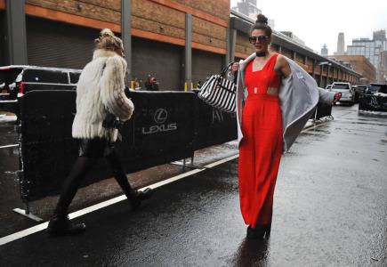 Modelka se připravuje na fotografování během jedné z akcí newyorského týdne módy, který  začal ve čtvrtek na Manhattanu.