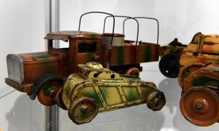 Na zámku Valdštejnů v Litvínově na Mostecku začala 10. února výstava technických hraček, mezi nimiž jsou unikátní kousky z místní továrny Heller & Schiller. Na snímku je vojenské nákladní auto HUSCH na pérový pohon pocházející z výroby německé firmy Tipp & Co. z let 1928 - 1932. Výstava potrvá do konce roku.