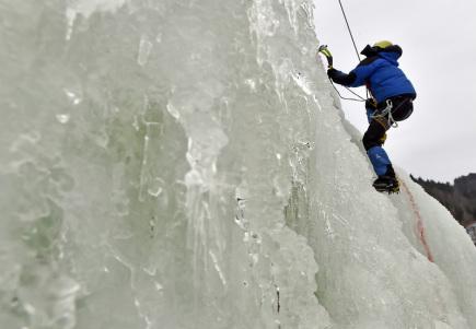 Na 45 metrů vysoké umělé ledové stěně ve Víru na Žďársku se 11. února za velkého zájmu sportovců uskutečnilo 1. kolo Českého poháru v lezení na ledové stěně na rychlost Vírský cepín 2017. Jedná se již o osmou sezonu lezení na ledové stěně.