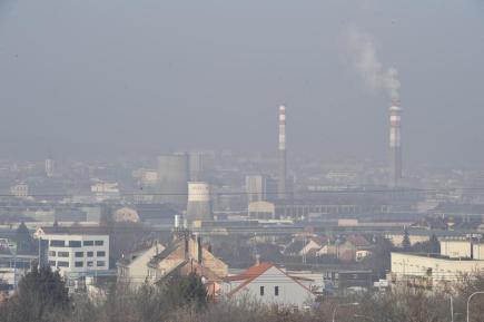 Na celé jižní Moravě trvá smogová situace, meteorologové ji vyhlásili 13. února nejdřív jen pro Brno, večer ji rozšířili na celý kraj. Snímek ze 14. února ukazuje smog nad Brnem.
