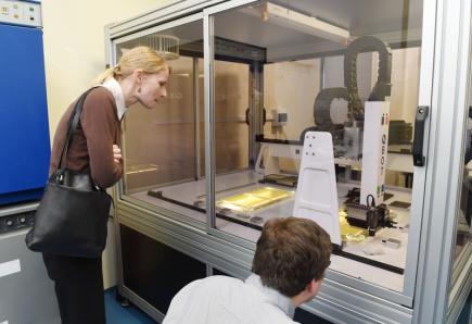 Zavádění nových metod šlechtění do praxe usnadní první tuzemská aplikační laboratoř Akademie věd ČR, která byla 14. února slavnostně otevřena v Ústavu experimentální botaniky v Olomouci. Pracoviště propojí špičkové vědce se šlechtiteli, kteří díky tomu získají přístup k výsledkům molekulární genetiky a genomiky i moderním přístrojům. Na snímku je robotický přístroj pro výběr klonů DNA z agarové plotny.