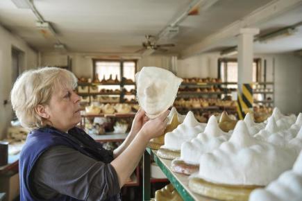 Firma PVO (Papírenská výroba a obchod) v Zákupech na Českolipsku už přes sto let vyrábí tradičními postupy karnevalové a masopustní papírové masky. Snímek z 15. února.