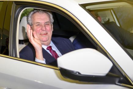 V rámci návštěvy Královéhradeckého kraje zavítal prezident Miloš Zeman 15. února také do výrobního závodu společnosti Škoda Auto ve Vrchlabí na Trutnovsku. Na snímku při prohlídce vozu Škoda Kodiaq.