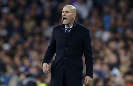 Trenér fotbalistů Realu Madrid Zinedine Zidane během osmifinále Ligy mistrů s Neapolí.