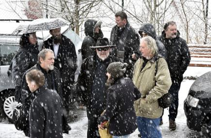 Ve Vsetíně se konalo 17. února poslední rozloučení s folklorní zpěvačkou Jarmilou Šulákovou, která zemřela v sobotu 11. února ve věku 87 let. Na snímku uprostřed je Zdeněk Hrachový, frontman skupiny Fleret, se kterou Šuláková také vystupovala.