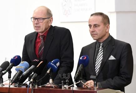 Předseda hospodářského výboru Ivan Pilný (vlevo) a poslanec Roman Kubíček vystoupili 3. března v Praze na briefingu po jednání zástupců politických stran zastoupených ve Sněmovně k novele zákona o elektronických komunikacích.