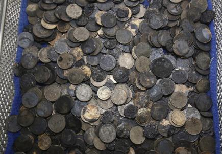 Thajští veterináři vyjmuli z břicha samičky karety obrovské téměř tisíc mincí (na snímku), které do nádrže, v níž žije, naházeli pověrčiví Thajci i turisté.