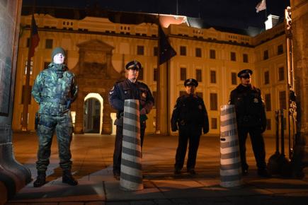 Setkání prezidenta Miloše Zemana s příznivci u příležitosti čtvrtého výročí inaugurace se konalo 9. března na Pražském hradě. Na snímku je ostraha u Matyášovy brány.