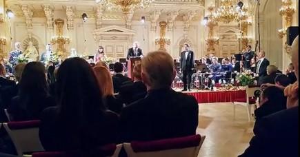 """Prezident Miloš Zeman se příští rok pokusí obhájit prezidentský mandát. Na Pražském hradě to dnes řekl svým podporovatelům při oslavě čtyř let od inaugurace. ČTK to řeklo několik účastníků setkání. Oficiálně své rozhodnutí plánuje Zeman oznámit na páteční tiskové konferenci. Že se současný prezident bude ucházet i o druhé volební období, se očekávalo. Vyzvali ho k tomu nedávno i jeho spolupracovníci. Zeman se ke kandidatuře přihlásil před několika stovkami svých příznivců ve Španělském sále. Jako každý rok s nimi na Hradě slaví výročí své inaugurace. Zeman jim poděkoval, že na hrad přišli. """"Chtěl bych říci, že vám jsem vděčný za vaši pomoc a podporu,"""" řekl. Dodal, že jako nesmírně malé poděkování za tuto pomoc a podporu jim jako prvním oznámí své rozhodnutí. """"Politická prohlášení by měla zaznít jako výstřel z děla. Politická prohlášení by neměla být obalována do bahna lží. Proto vám oznamuji, že jsem se rozhodl znovu kandidovat na funkci prezidenta,"""" řekl Zeman. Sklidil za to bouřlivý potlesk vestoje. Zeman byl do funkce zvolen v lednu 2013 a nastoupil do ní na začátku března téhož roku. Ve vypjatých volbách tehdy porazil Karla Schwarzenberga (TOP 09)."""