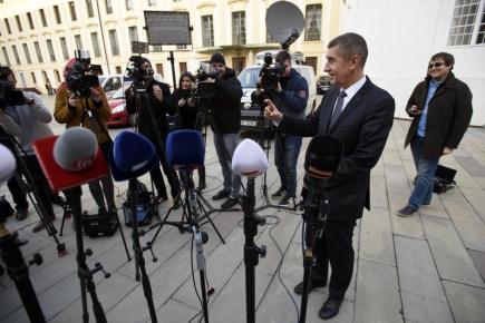 Ministr financí Andrej Babiš hovoří s novináři po jednání s prezidentem Milošem Zemanem, s nímž se setkal 16. března na Pražském hradě.