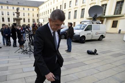 Ministr financí Andrej Babiš odchází ze setkání s novináři po jednání s prezidentem Milošem Zemanem 16. března na Pražském hradě.