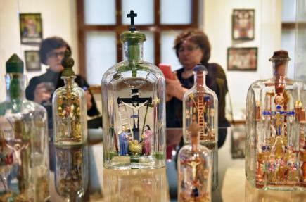 Výjevy ukřižování Krista ve skleněných lahvích lákají na velikonoční výstavu, která 16. března začala v Jihočeském muzeu v Českých Budějovicích.