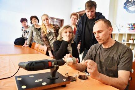 V Jihočeském muzeu v Českých Budějovicích začala 16. března výstava, která připomíná dvě podoby Velikonoc, zvyky spojené s jarem a největší křesťanské svátky roku. Na snímku ukazuje Libor Soukup zapomenutou techniku malování vajec nití.
