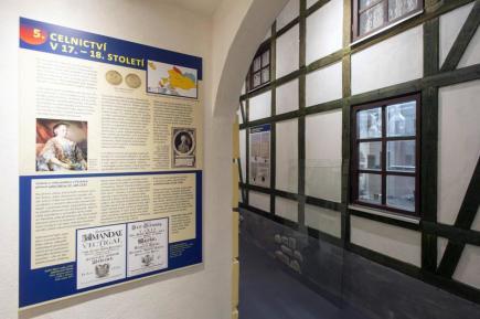 V budově bývalého gymnázia v Králíkách postupně vzniká expozice věnovaná historii celnictví (na snímku ze 17. března). Zatím jsou hotové části zaměřené na Rakousko-Uhersko a začátek první republiky, do prosince by měly být dokončené další končící Schengenským prostorem. Otevřít by se expozice měla zřejmě se začátkem turistické sezony příští rok.