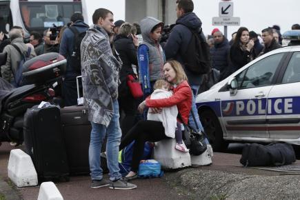 Cestující u pařížského letiště Orly, kde došlo ke střelbě v odbavovací hale.