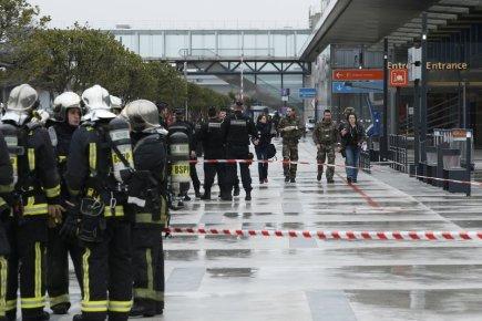 Francouzští policisté a hasiči u jižního terminálu pařížského letiště Orly, kde došlo ke střelbě v odbavovací hale.