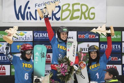 Snowboardistka Ester Ledecká (vlevo) byla v paralelním slalomu ve Winterbergu druhá. Uprostřed je vítězná Sabine Schöffmannová z Rakouska a třetí její krajanka Julia Dujmovitsová.