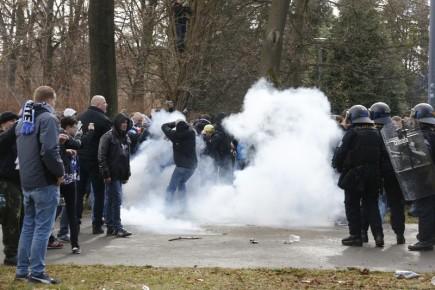 Dav fanoušků Baníku Ostrava se 18. března před fotbalovým zápasem 9. kola druhé fotbalové ligy Opava - Baník Ostrava pokusil vylomit bránu od opavského stadionu, policii se je však podařilo vytlačit asi 50 metrů od stadionu. Dále je vyzývá, aby neházeli dělbuchy. Několik lidí zadržela.