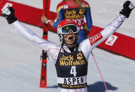 Slovenská lyžařka Petra Vlhová se raduje z vítězství ve slalomu ve Světovém poháru v Aspenu.