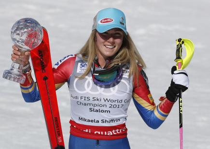 Americká lyžařka Mikaela Shiffrinová s malým křišťálovým glóbusem za hodnocení Světového poháru v Aspenu.