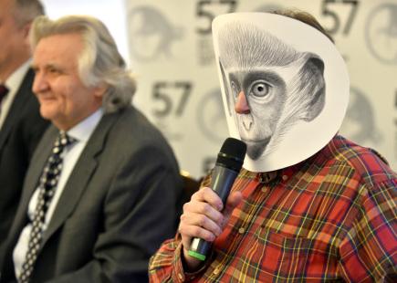 Prezident Zlín Film Festivalu Čestmír Vančura (vlevo) a výtvarník Petr Nikl v masce kočkodana vystoupili 21. března ve Zlíně na tiskové konferenci k 57. ročníku mezinárodního filmového festivalu pro děti a mládež.