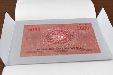 Historik Filip Hradil z Vlastivědného muzea Olomouc ukazuje na tiskové konferenci 21. března v Olomouci pětitisícikorunu z roku 1919, kterou zajistili olomoučtí policisté. Vzácná československá bankovka zvaná státovka se objevila minulý týden na jednom z aukčních internetových portálů, její dražba končila na částce téměř dva miliony korun. Jde s největší pravděpodobností o bankovku, která byla před několika lety odcizena z Vlastivědného muzea v Olomouci. V případu dosud nebyl nikdo obviněn. Na snímku je rubová strana bankovky.